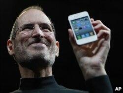 Steve Jobs présentant le nouveau iPhone 4 en juin 2010