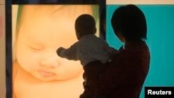 在广州妇产医院,一位女性抱着孩子的背影