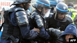 Police ekangi moto moko ya moyindo na Paris, France, 3 juin 2010.