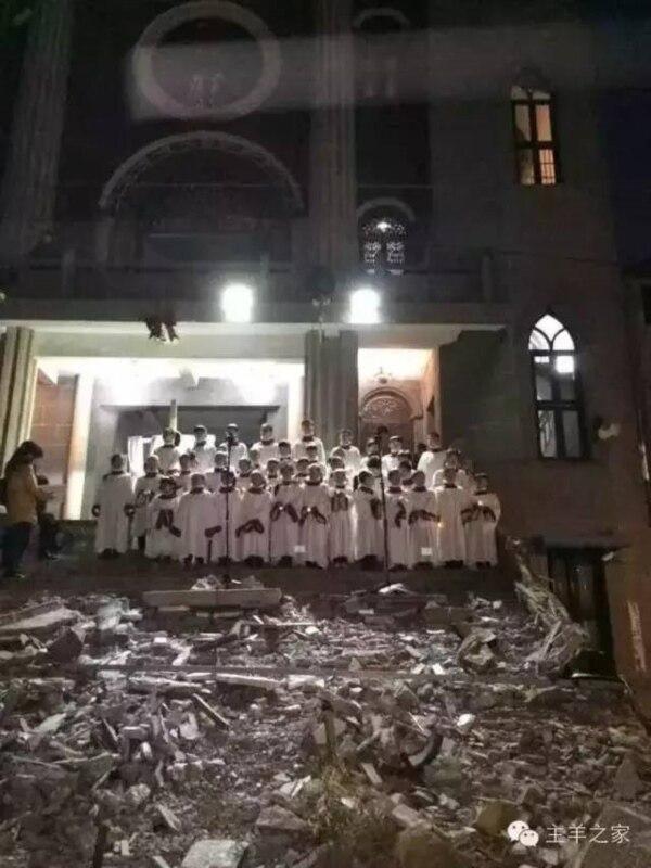下岭教会信徒2015年圣诞节在教堂台阶废墟上进行圣诞夜赞美(网络图片)