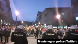 Polisi Montenegro bentrok dengan para demonstran di Niksic, 13 Mei 2020.