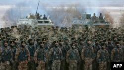 中國軍隊在新疆喀什帕米爾高原進行冬季軍事訓練。 (2021年1月4日)