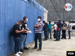 Nicaragüenses en Costa Rica hacen fila para recibir comida. [Foto: Armando Gomez, VOA]