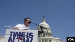Gustavo Torres, director ejecutivo de Casa de Maryland dijo que seguirán realizando manifestaciones y presionando al Congreso para lograr que se apruebe una reforma migratoria que realmente solucione el problema. [Foto: Mitzi Macias, VOA].
