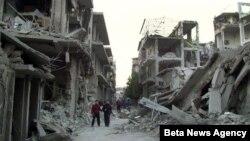 Các nhà hoạt động cho biết các vụ không kích, pháo kích và giao tranh đã xảy ra tại những thị trấn và làng mạc gần một con đường chính dẫn đến phi trường quốc tế của Syria