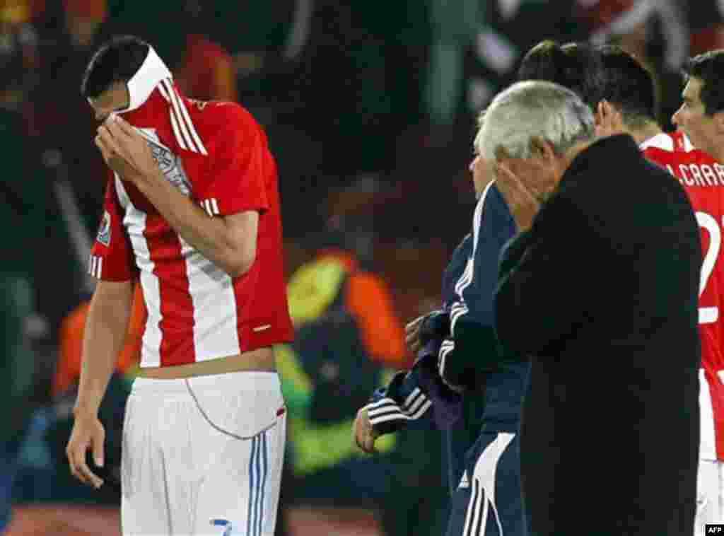 Оскар Кардозо (Парагвай), слева, в конце матча между Парагваем и Испанией на стадионе «Эллис Парк» в Йоханнесбурге, Южная Африка. Суббота, 3 июля 2010 года. Испания выиграла 1-0, и Кардозо пропустил пенальти. (Фото АП / Eugene Hoshiko)