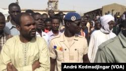 Les agents de sécurité protègent le passage de la délégation du ministre à la maison d'arrêt à N'Djamena, Tchad, le 17 février 2017. (VOA/André Kodmadjingar)
