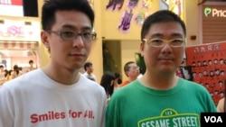 網絡電台主持人森麻(左)與辛比表示,網民自發悼念六四活動,可以讓悼念的燭光在香港遍地開花 (美國之音湯惠芸拍攝)