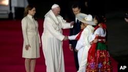 میکسیکو صدر اینریکے پینیا نیئتو اور ان کی اہلیہ انجلیکا رویرا نے پوپ کا استقبال کیا۔