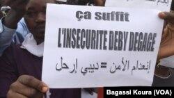 Manifestants devant le tribunal de grande d'instance de N'Djamena lors de la comparution de 5 leaders de la société civile arrêtés.