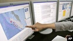 Uji coba sistem peringatan regional tsunami di kantor Badan Meteorologi dan Geofisika, Jakarta.