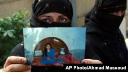 한 파키스탄 여성이 명예 살인을 당한 자신의 딸 사진을 들어 보이며 이에 반대하는 기자회견을 열고 있다.