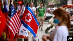 Cờ Mỹ và Triều Tiên trên đường phố Hà Nội.