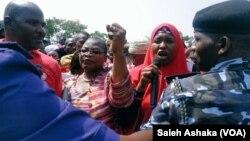 Des membres des familles des filles de Chibok manifestent à Abuja, le 15 novembre 2017.