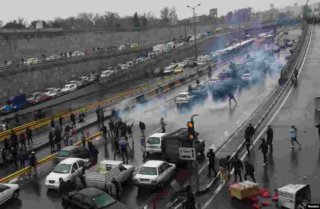 مظاہرین نے کئی اہم شاہراہوں کو بند کر دیا جب کہ جلاؤ گھیراؤ کے دوران کئی بینک اور دکانوں کو آگ لگا دی گئی۔ ہنگاموں کے دوران دو افراد ہلاک اور سیکڑوں افراد کو حراست میں لیا جا چکا ہے۔