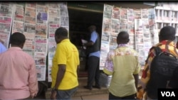 People read newspapers at stands in Yaounde, Cameroon. May 2, 2019 (M.Kindzeka/VOA)