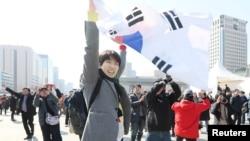 韩国民众对韩国宪法法院3月10日罢免总统朴槿惠的裁决作出反应。