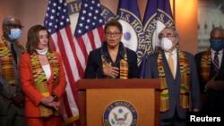 Глава афроамериканского кокуса Конгресса Карен Басс и спикер Палаты представителей Нэнси Пелоси представляют законопроект о реформе работы полиции, 8 июня 2020 года