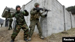 지난 2010년 미-한 '키리졸브' 훈련의 일환으로 한국 포천에서 시가전 훈련 중인 한국 해병대 병사(왼쪽)와 미 해군 병사. (자료사진)