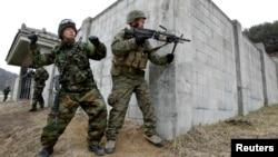 미-한 '키리졸브' 훈련의 일환으로 한국 포천에서 시가전 훈련 중인 한국 해병대 병사(왼쪽)와 미 해군 병사. (자료사진)