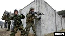 Tentara Korsel dan AS tengah dalam latihan perang bersama di wilayah Pocheon, 46 kilometer sebelah timur laut Seoul (Foto: dok). Seorang tentara AS dilaporkan ditembak polisi Korsel di Seoul, Sabtu (2/3).