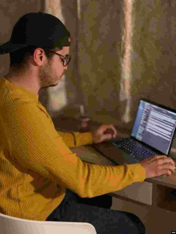 """""""Desde entonces evité salir a la calle, trato de seguir mi horario habitual, me siento en mi escritorio a hacer cursos en línea y adelantar algo de trabajo"""", agregaMercado."""