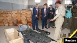 Mendagri Yaman, Mayjen Abdul-Qader Qahtan (kiri) Kepala Keamanan Nasional Mayjen Ali al-Ahmadi (kedua dari kiri) memeriksa persenjataan yang disita dari kapal Iran di pelabuhan Aden di Yaman selatan hari Rabu (6/2).