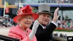 Tư liệu: Nữ Hoàng Elizabeth và Hoàng tế Philip vào dịp Hội đua ngựa Royal Ascot, vương quốc Anh. ngày 16/11/2011. Điện Buckingham thông báo Hoàng tế Philip đã qua đời hôm thứ Sáu 9/4/2021, thọ 99 tuổi. (AP Photo/Alastair Grant, File)