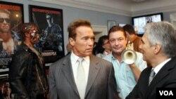 Arnold Schwarzenegger (kedua dari kanan) saat meresmikan Museum di kota kelahirannya di Thal, Austria (7/10). Museum ini memiliki koleksi berbagai barang penting dalam perjalanan hidup Arnold Schwarzenegger.