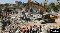 2014年8月25日以色列空襲爆炸後巴勒斯坦民眾瓦礫中尋找生還者。