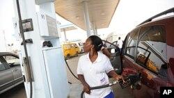 1月2号,尼日利亚加油站一名工人在加油