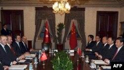 Thủ tướng Recep Tayyip Erdogan và các giới chức Thổ Nhĩ Kỳ (trái) họp với phái đoàn của Phó Chủ tịch Trung Quốc Tập Cận Bình (phải) tại Istanbul hôm 21/2/12