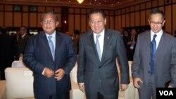 Menteri Keuangan Agus Martowardojo (tengah) bersama wakilnya Mahendra Siregar (kanan) dan Gubernur Bank Indonesia Darmin Nasution. (VOA/Iris Gera)