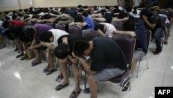 Подозреваемые в интернет-мошенничестве, арестованные полицией Индонезии.