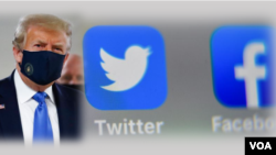 លោកប្រធានាធិបតី ដូណាល់ ត្រាំ (Donald Trump) និងស្លាកសញ្ញាបណ្តាញសង្គមធ្វីតធឺរ (Twitter) និងហ្វេសប៊ុក (Facebook)។