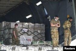Фото: Військові США розвантажують допомогу США Індії в аеропорту в Нью-Делі 30 квітня