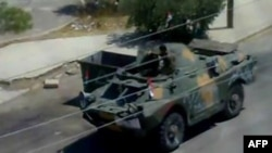 Các nhà hoạt động cho biết có tin về tiếng súng máy ngày hôm nay sau khi các xe thiết giáp và xe jeep tràn vào khu vực.