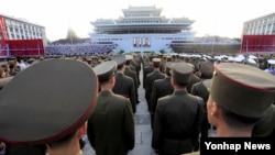 지난 2일 북한 김정은의 국무위원장 취임을 축하하기 위해 평양 김일성광장에서 열린 집회에 군인들이 서 있다. (자료사진)