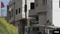 Tentara Israel berjaga-jaga di desa Awarta di Tepi Barat, setelah lima orang di permukiman Itamar tewas dibunuh.