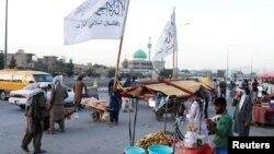 کابل کی ایک سڑک پر طالبان کے جھنڈے آویزاں (16 ستمبر، 2021ء)