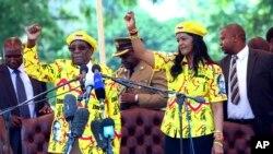 Rais wa Zimbabwe Robert Mugabe (kushoto) na mkewe Grace