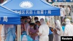 北京市民在广安体育中心外排队接受新冠病毒检测。(2020年6月15日)