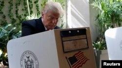 Manhattan'da ön seçimler için oy kullanan Cumhuriyetçi Parti aday adayı Donald Trump