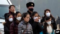 Khách du lịch đeo khẩu trang tại Thiên An Môn ở Bắc Kinh, ngày 19/12/2015.