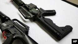 """这张2018年1月11日在西雅图华盛顿州巡警犯罪实验室拍摄的照片显示,右边的半自动步枪加装了加快射击速度的""""撞火枪托""""。"""