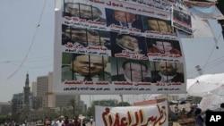 """埃及抗议活动再起。图为埃及抗议民众在开罗解放广场上竖起的抗议横幅说""""军委会保护前政府"""";另一条横幅呼吁""""净化媒体""""。"""