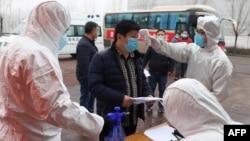 Pemeriksaan penumpang bis dari Henan, di sebuah pabrik di Zouping, provinsi Shandong, China. (Foto: dok).