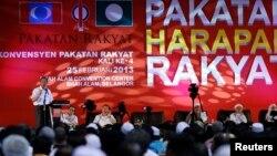 Pemimpin oposisi Malaysia, Anwar Ibrahim menyampaikan pidatonya dalam kampanye Koalisi Rakyat menjelang pemilu di Shah Alam, dekat kota Kuala Lumpur, 25 February 25, 2013. (REUTERS/Bazuki Muhammad)