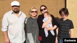 Hillary Clinton inició su viaje por tierra rumbo a Iowa como parte de su gira de campaña. [Foto: Cortesía, Cuenta oficial de Twitter Hillary Clinton].