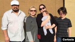 前国务卿克林顿启程前往美国中西部爱奥华州 (照片来源:希拉里·克林顿推特 @Hillary Clinton)
